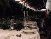 Svatební hostina na verandě kavárny